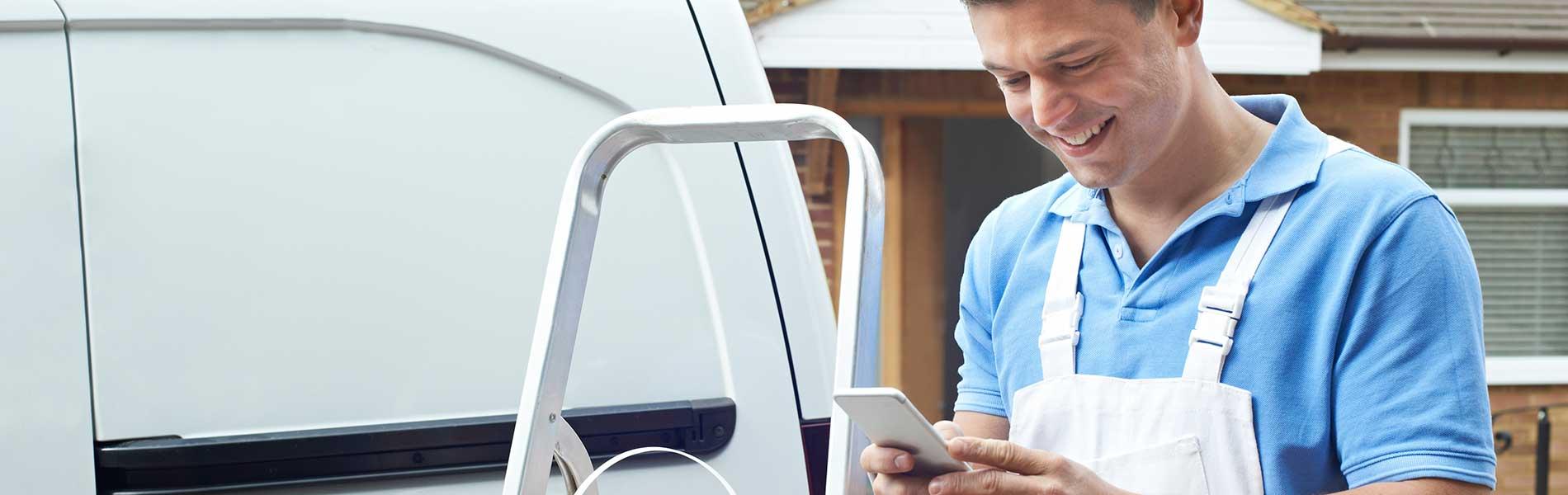 Microsoft Dynamics 365 field service Office 365 - man on the go