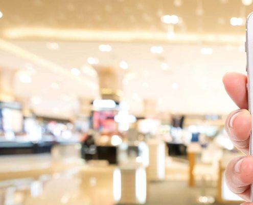 Microsoft Dynamics 365 for retail - billede af hånd med mobiltelfon i et storcenter